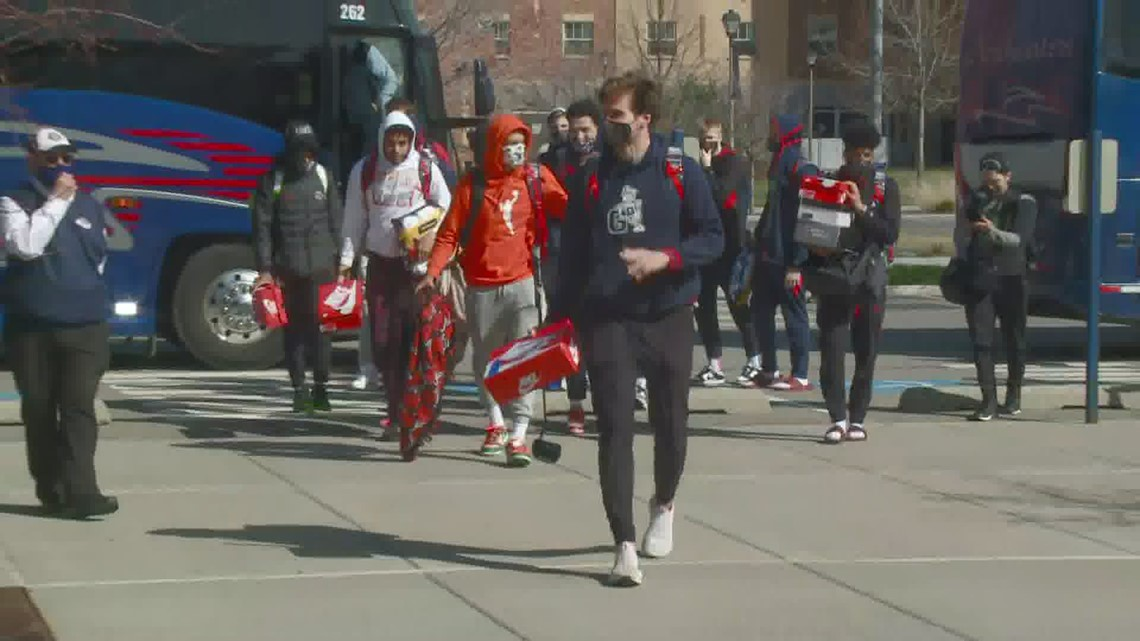 RAW Video: Fans greet Gonzaga men's basketball players returning to Spokane